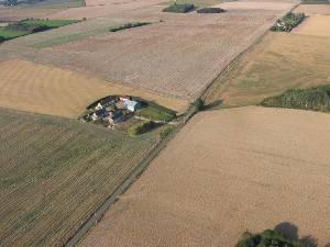 Le ferme Servigny avec champ d'atterisage derriere. - 124.2ko