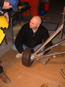 Jean-Jacques et Cédric au montage, train d'atterrissage profilés grâce  au revétement alu , la largeur de la roue, non, pas à dire, c'est du costaud - 271.4ko