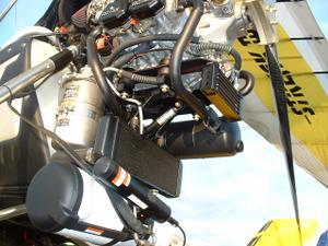 montage du parachute BRS, just'au dessus le verin d'assistance au démontage de l'aile - 332.5ko