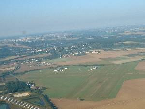 l'aérodrome de Meaux qu'on laisse derrière - 313.3ko